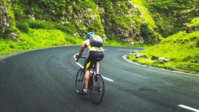 Ilustrasi perjalanan dengan sepeda.