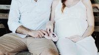 Ilustrasi suami bersama istri yang sedang hamil.